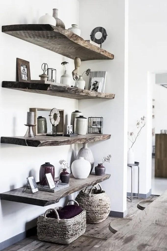 estanterías con tablas de madera