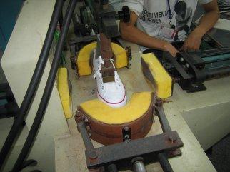 Se aplica presión en la puntera y en la zona del talón.