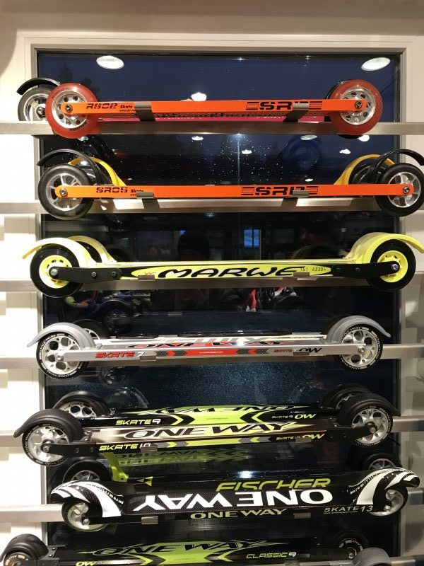 De rollerskates, of skiskates genoemd.