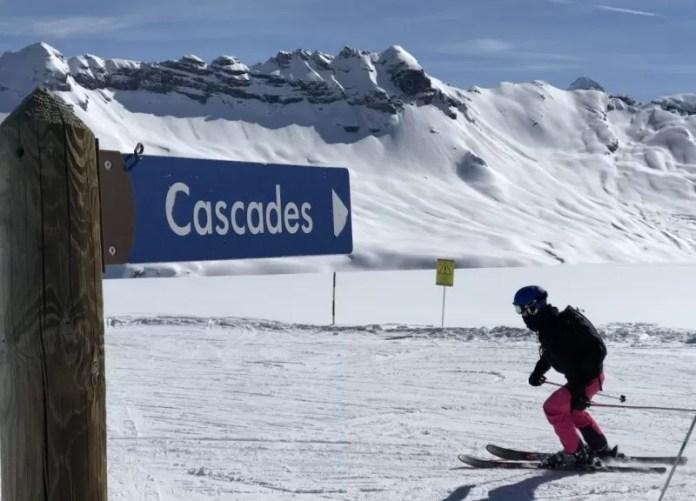 Ski het bordje niet voorbij! Rechtsaf!