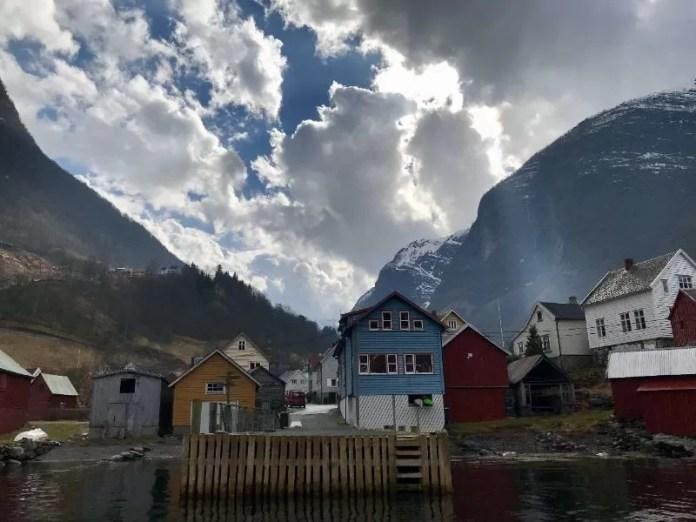 Idyllische huisjes onderaan de Fjorden