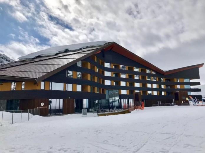 Hotel Myrkdalen, waarbij de piste schittert in de reflecterende ramen