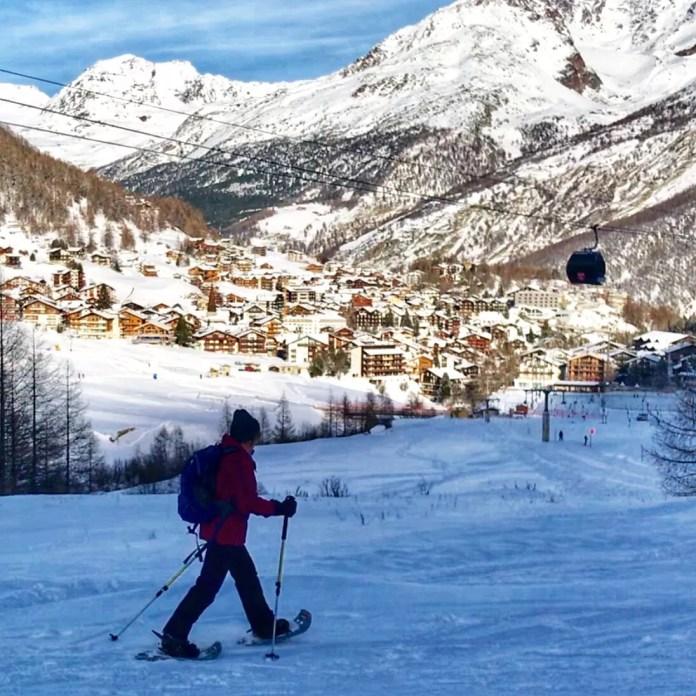 Wandelen met sneeuwschoenen met zicht op Saas-Fee