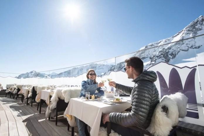 Lunch op de piste bij Restaurant Schaufelspitz op de Stubaier Gletscher. Foto Andre Schoenherr