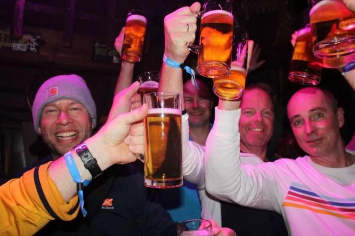 Met het blauwe Dutchweek-eventbandje heb je exclusief toegang tot alle feestjes. Foto: Pauline van der Waal