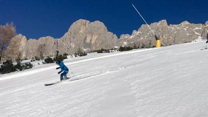 Skiën in Carezza met een sneeuwlans op de achtergrond. Foto: Pauline van der Waal