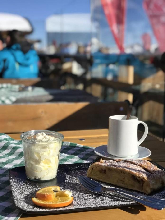 Tijdens de pauze met koffie en apfelstrudel eens kijken hoe de terugreis er eigenlijk uit ziet. Foto: Pauline van der Waal