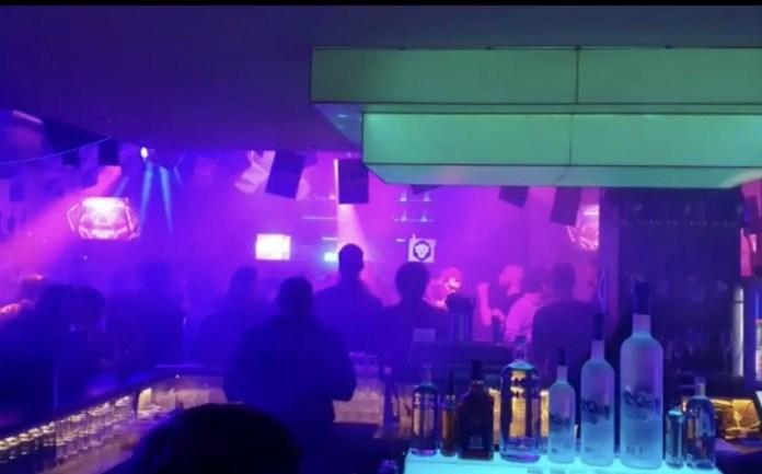 DJ's draaien tot laat in Zell am See. Foto: Pauline van der Waal