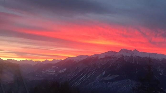 Waanzinnige zonsopkomst vanaf mijn balkon in Crans-Montana. Foto: Pauline van der Waal
