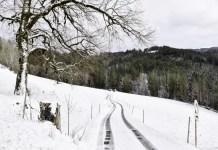 automobilisten rijden op sneeuw eng