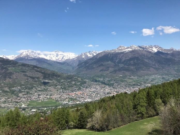 Aosta e l'abbraccio protettivo delle sue montagne