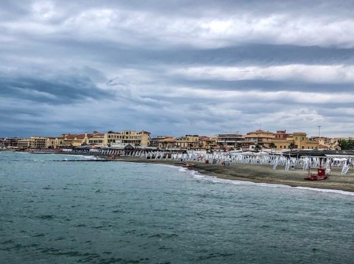 La spiaggia che scompare. La presenza delle infrastrutture e opere urbane e l'erosione costiera