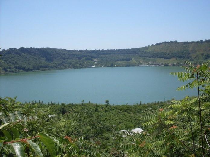 Il lago d'Averno nel Parco Regionale dei Campi Flegrei