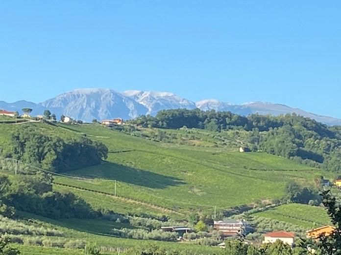 Una terra di montagne, colline coltivate e mare