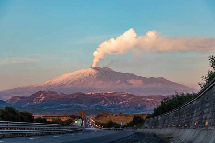 L'Etna in eruzione vista dall'autostrada