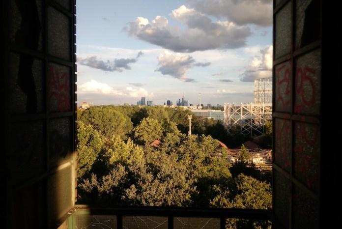 """Foresta urbana: lo skyline di Milano dalla """"Goccia"""""""