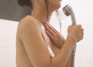 tjuvkika på henne i duschen
