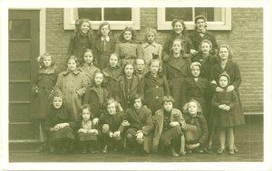 Kaatje, bovenste rij, tweede van rechts (1942). Foto: privécollectie Wurms.