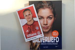 Balverliefd van Anouk Hoogendijk en handtekeningkaart van Vivianne Miedema