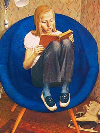 девочка с книгой в синем кресле