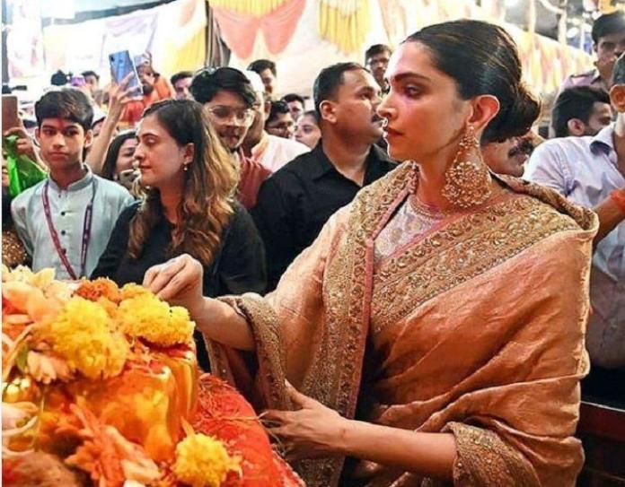 deepika_padukone_visits_lalbaugcha_raja_walks_barefoot_as_she_offers_prayers_to_lord_ganesha_1568271633
