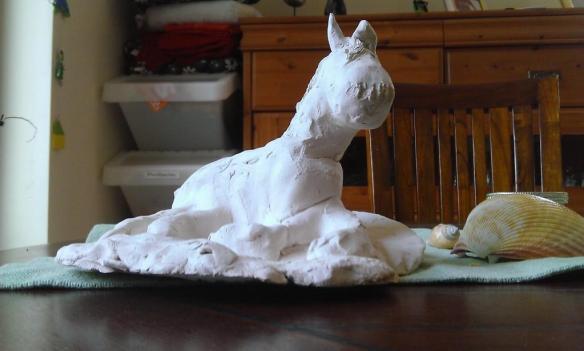 Hoppelpferd auf Tisch. Liegend