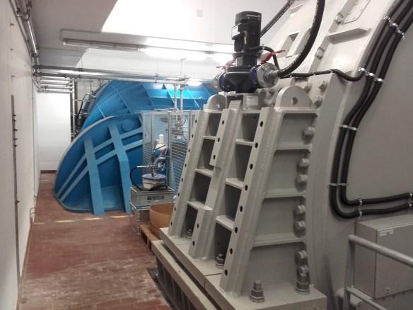 Vordergrund: Generator, 500KW Hintergrund: Turbinengehäuse (S-Form)