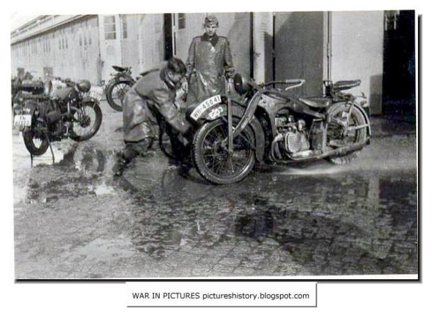 wehrmacht-german-soldiers-rare-pictures-unseen-images-ww2-german-motorcycles-BMW-R11-002