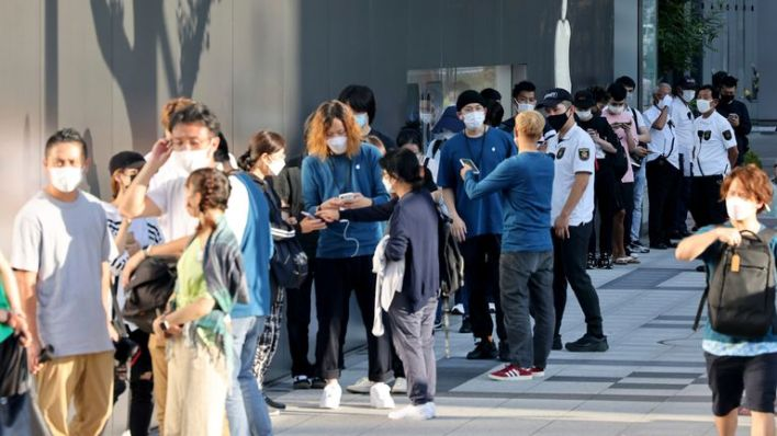 People line in front of Apple Store in Osaka City, Osaka Prefecture on Sep. 24, 2021.   PIC:AP