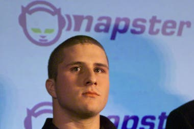 Sobre las bases del formato MP3, Shawn Fanning creó Napster en 1999, el primer servicio popular de intercambio de archivos