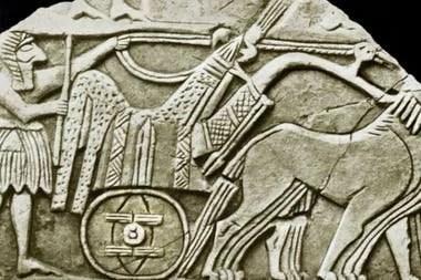 Una de las primeras representaciones conocidas de la rueda, en un bajorrelieve de un carro. Es una de las muchas esculturas en sarcófagos descubiertas en 1928 en las Tumbas Reales de Ur en la antigua Mesopotamia (ahora Irak)