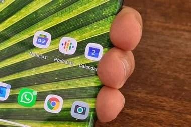 La pantalla del Motorola Edge ocupa la mitad del borde del teléfono; detecta (e ignora) los dedos cuando agarramos el teléfono