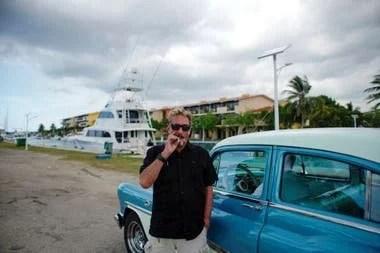 John McAfee apura un cigarrillo antes de tomar un taxi hacia Marina Hemingway, en La Habana, Cuba, en julio de 2019