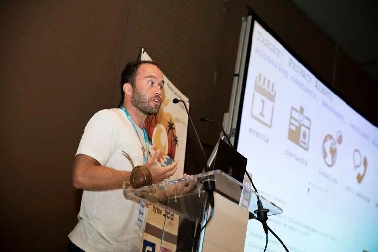 Patrick Wardle, creador de un conjunto de herramientas de seguridad para las Mac y uno de los descubridores del nuevo malware GoSearch22; Patrick es fan del mate, y en la imagen se lo ve con uno sobre el atril