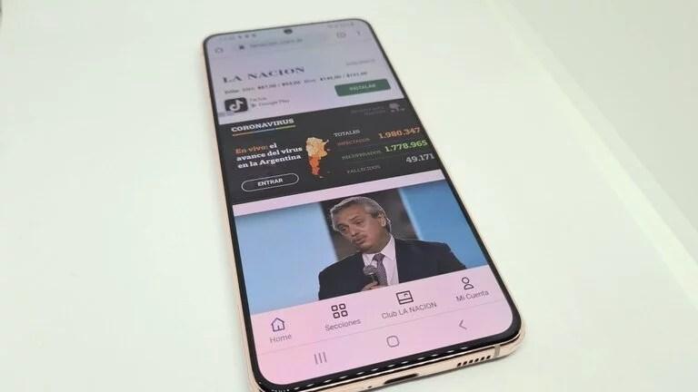 El Galaxy S21 cuenta con una pantalla plana, comparado con los anteriores modelos que apelaban al diseño de bordes redondeados tipo edge