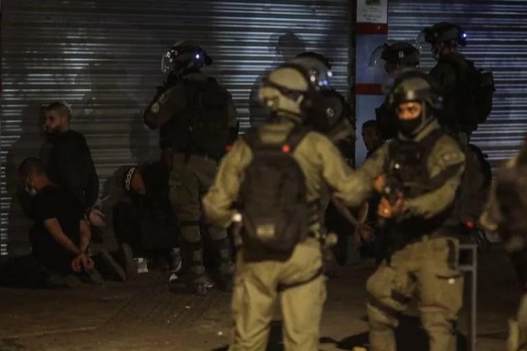 Fuerzas israelíes detienen un grupo de personas en la ciudad mixta árabe-judía de Lod