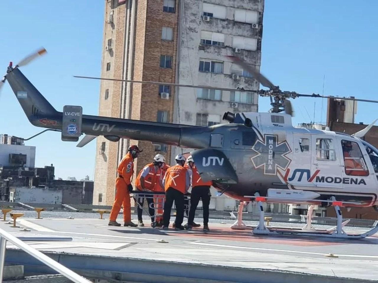 El helicóptero sanitario que trasladó a Reutemann, cuando aterrizó en el Sanatorio Parque de Rosario