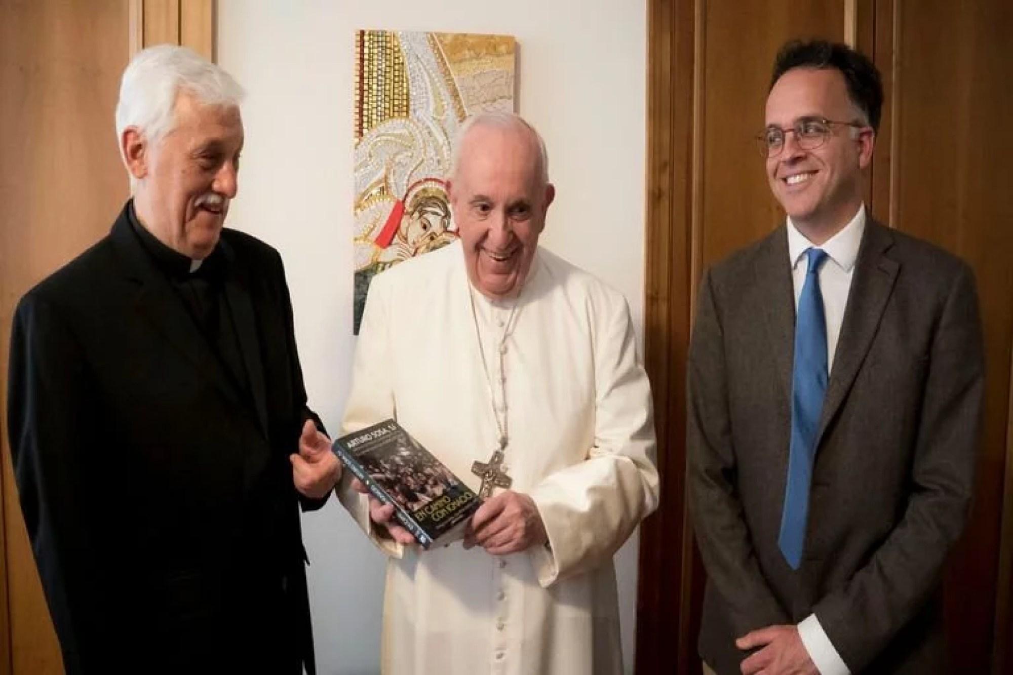 Arturo Sosa le entrega su libro al papa Francisco