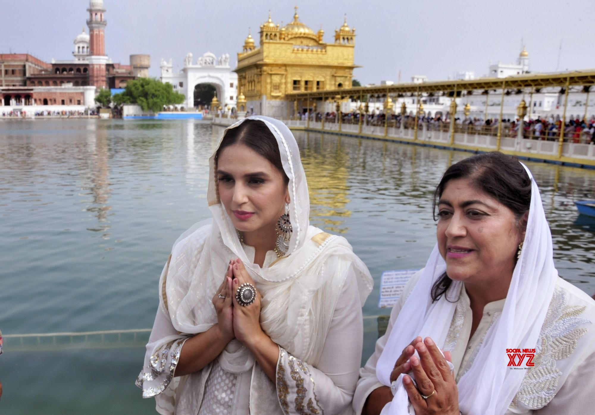 Amritsar: Huma Qureshi, Gurinder Chadha at Golden temple