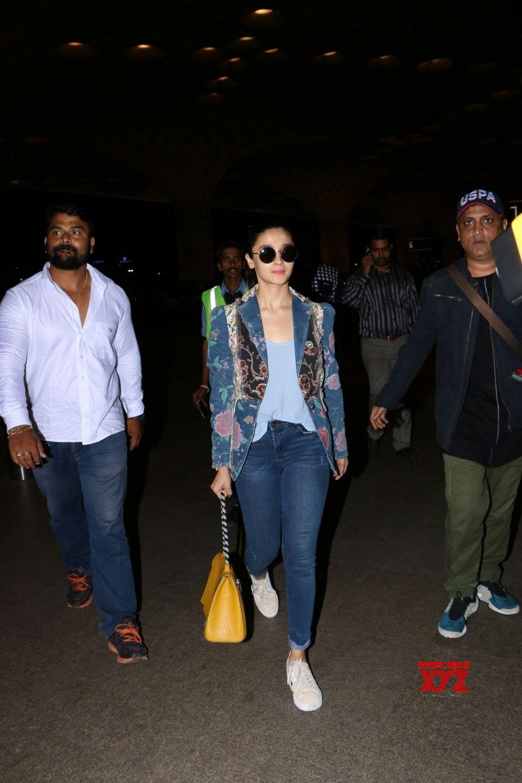 Mumbai: Alia Bhatt spotted at airport
