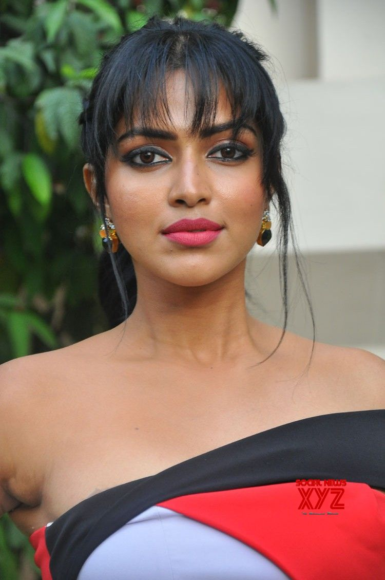 actress amala paul stills from dongodochadu movie teaser launch