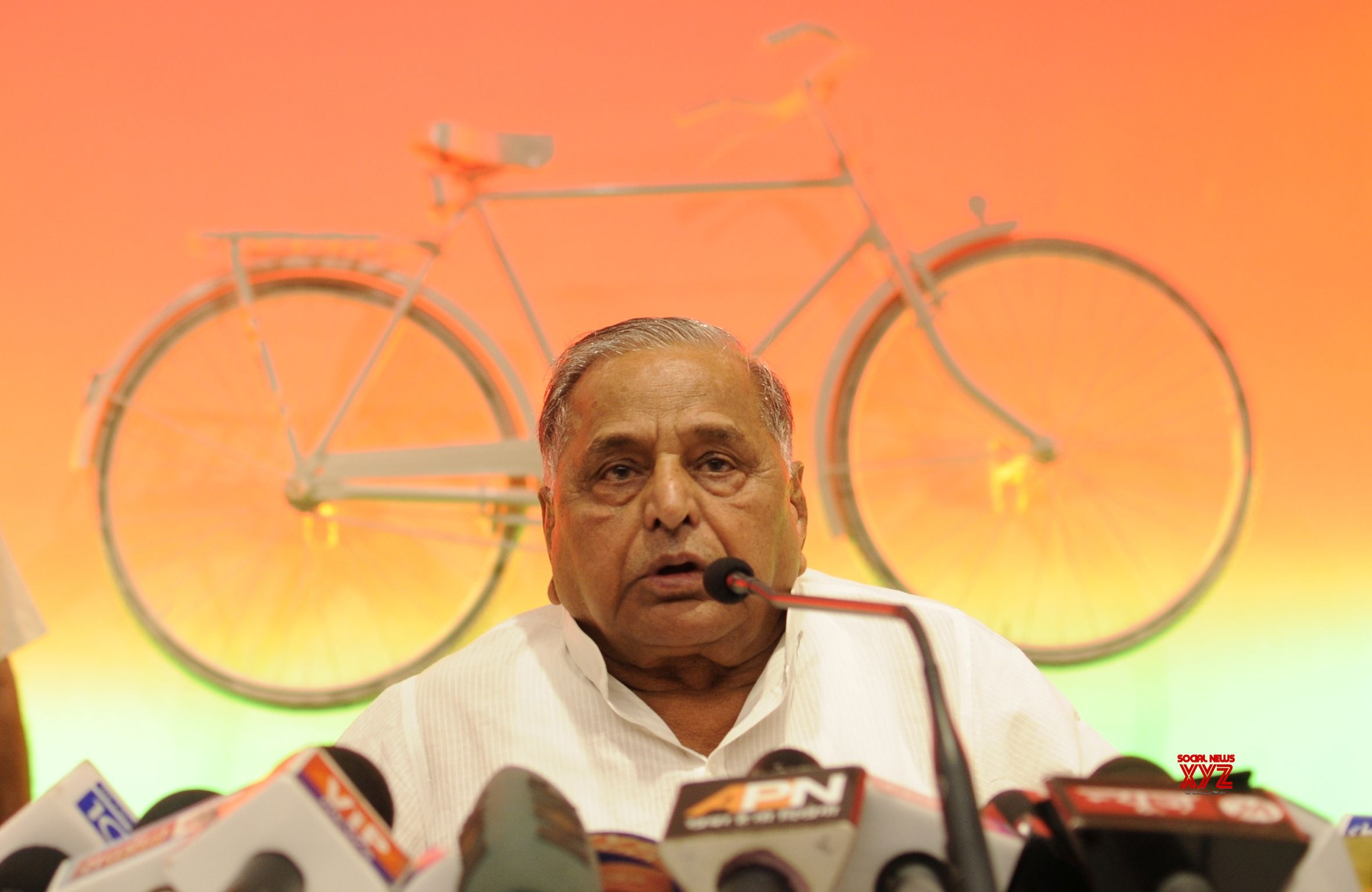 Mulayam visits party office on his birthday