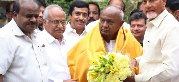 Bengaluru: Andhra Pradesh Chief Minister N. Chandrababu Naidu meets Karnataka Chief Minister H.D. Kumaraswamy and JD-S national president H. D. Deve Gowda in Bengaluru, on Nov 8, 2018. (Photo: IANS)