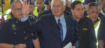 (180920) -- KUALA LUMPUR, Sept. 20, 2018 (Xinhua) -- Former Malaysian Prime Minister Najib Razak (front) arrives at a court in Kuala Lumpur, Malaysia, Sept. 20, 2018. Former Malaysian Prime Minister Najib Razak was charged Thursday with more than 20 counts of corruption and money laundering in connection to the case of state investment fund 1MDB. (Xinhua/Chong Voon Chung)(rh)