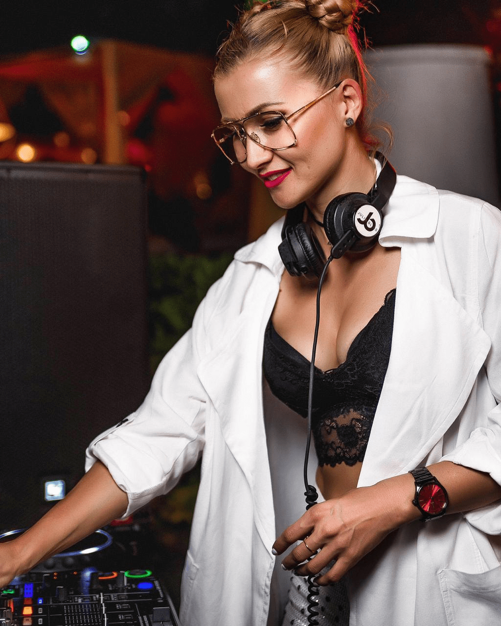 Julia Bliss Awarded With WOW Awards For India's One Of Best Female DJ