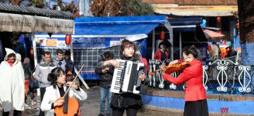(190202) -- CHEFCHAOUEN, Feb. 2, 2019 (Xinhua) -- Artists from China's Chongqing present a flash mob show to celebrate the forthcoming Chinese Spring Festival in Chefchaouen, Morocco, Feb. 1, 2019. The Spring Festival falls on Feb. 5 this year. (Xinhua/Chen Binjie)