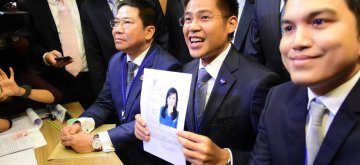 (190208) -- BANGKOK, Feb. 8, 2019 (Xinhua) -- Thai Raksa Chart party leader Preechapol Pongpanich (C) holds the registration document of Princess Ubolratana Mahidol in Bangkok, Thailand, Feb. 8, 2019. Thai Raksa Chart party on Friday nominated Princess Ubolratana Mahidol as their candidate for prime minister. (Xinhua)