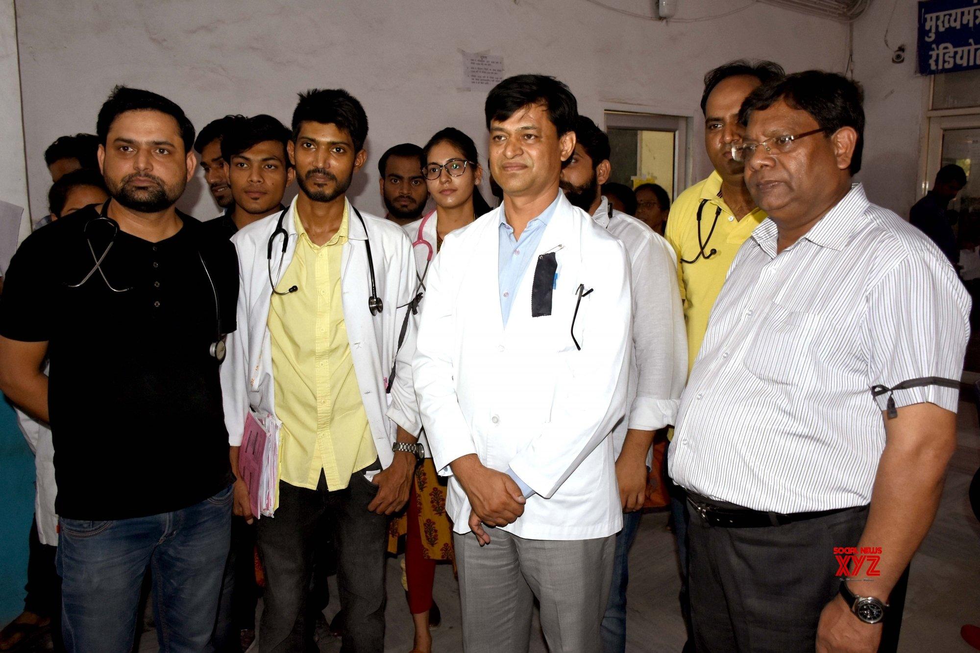 Jaipur: Doctors wear black bands #Gallery