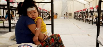 CAVITE PROVINCE, August 13, 2019 (Xinhua) -- A mother attends to her sick child as they rest with other dengue patients inside a Dengue Emergency Medical Unit set up by Philippine Red Cross Cavite Province, the Philippines, August 13, 2019. The emergency tent was installed during the weekend to address with the rising dengue cases in the province. The Philippine Department of Health (DOH) declared the dengue outbreak a national epidemic on July 20 after they recorded some 167,607 cases of dengue and 622 deaths from January this year. (Xinhua/Rouelle Umali) 马尼拉分社记者杨柯二零一九年八月十三日审