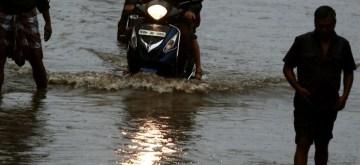 Chennai: Vehicles wade through a water-logged street after heavy rains lashed Chennai, on Sep 19, 2019. (Photo: IANS)